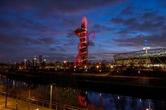 Koningin Elizabeth Olympic Park bij nacht, Londen, royalty-vrije stock fotografie