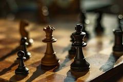 Koningin en koning: schaakstukken op een raad stock fotografie