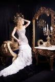 Koningin koninklijke persoon die spiegel bekijken Paleis Stock Afbeelding