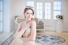 Koningin, koninklijke persoon in kroon In binnenland luxe Stock Fotografie