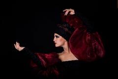 Koningin in rode en zwarte kleding. Godin Royalty-vrije Stock Foto's