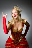 Koningin in rood kostuum tegen Stock Foto's