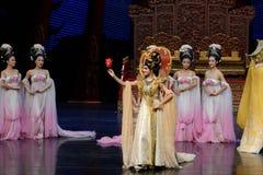 Koningin ` s de beloning-tweede handeling: een feest in de van het paleis-heldendicht de Zijdeprinses ` dansdrama ` royalty-vrije stock afbeelding