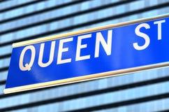 Koningin Street voorziet van wegwijzers Stock Foto's