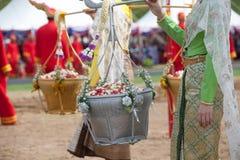 Koningin van de het Ploegen Ceremonie die gouden en zilveren mand houden. Stock Afbeeldingen