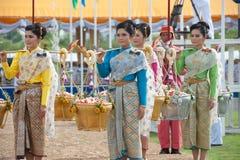 Koningin van de het Ploegen Ceremonie die gouden en zilveren mand houden. Stock Afbeelding