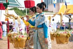 Koningin van de het Ploegen Ceremonie die gouden en zilveren mand houden. Stock Foto