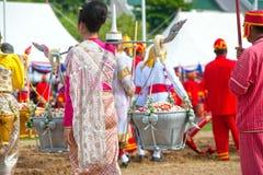 Koningin van de het Ploegen Ceremonie die gouden en zilveren mand houden. Stock Fotografie