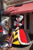 Koningin van Harten en Wit Konijn in Disneyland Stock Afbeeldingen