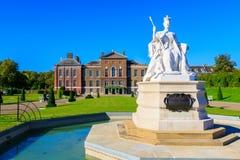 Koningin Victoria Statue en Kensington-Paleis Stock Afbeeldingen