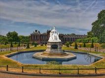 Koningin Victoria Statue in Kensington stock afbeeldingen