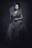koningin Vrouw met creatieve samenstelling in het pluizige kleding binnen stellen Stock Foto