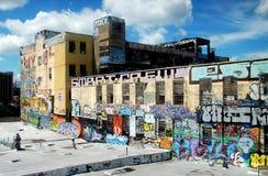 Koninginnen, NY: Fabriek die in Graffiti wordt behandeld Stock Foto