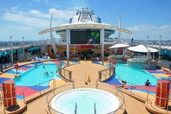 Koninklijk Caraïbisch internationaal de zondek van het cruiseschip stock afbeeldingen