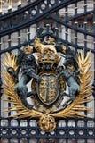Koninklijk CREST bij de Poort van het Buckingham Palace Royalty-vrije Stock Foto's