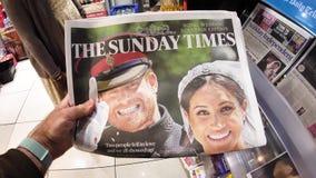 Koninklijk huwelijk in Britse kranten stock video