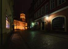 Koninklijk kasteel en oude stadsstraat bij nacht in Polen stock fotografie