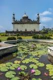 Koninklijk mausoleum achter vijver bij domein Raja Tombs, Madikeri India royalty-vrije stock foto's