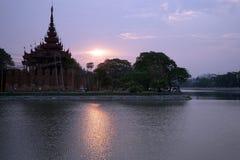 Koninklijk paleis en zonsopgang Royalty-vrije Stock Foto's