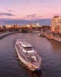 Koninklijk schip van Vloot Radisson Moskou het Kremlin, mening van de Patriarchale brug royalty-vrije stock afbeelding