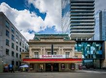 Koninklijke Alexandra Theatre en de moderne gebouwen op Koning Street, stock foto