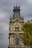 Koninklijke decoratie van gele toren op grijze hemelachtergrond in Barcelona, Spanje Stock Fotografie