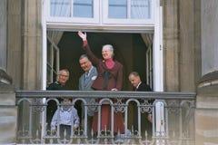 KONINKLIJKE FAMILIE BIJ AMALIENBORG-PALEIS BALACONY Stock Foto's