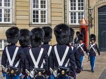 Koninklijke het Levenswachten voor Amalienborg-Paleis, Kopenhagen, DE stock foto's