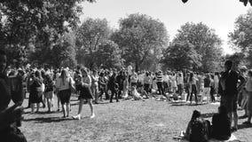 Koninklijke Huwelijksatmosfeer in zwart-witte Windsor - stock videobeelden