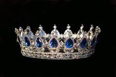Koninklijke kroon met saffier op zwarte achtergrond Stock Foto