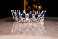 Koninklijke kroon met saffieren, luxe retro stijl stock fotografie