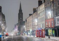 Koninklijke Mijl in Edinburgh op een Mistige de Winternacht stock afbeeldingen