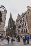 Koninklijke Mijl, toeristische straat van de Oude Stad van Stadsedinburgh in Schotland met met Tron-Kirk of de Hub royalty-vrije stock afbeelding
