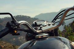 Koninklijke motorfiets Enfield in het Himalayagebergte, India Royalty-vrije Stock Foto
