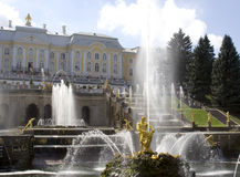 Koninklijke paleis en fonteinen in Peterhof stock fotografie