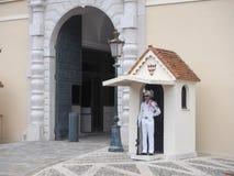 Koninklijke paleiswacht bij de hoofdingang, Monaco Royalty-vrije Stock Afbeeldingen