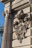 Koninklijke sigil bij de poorten van Palacio Echt in Madrid, Spanje stock foto's