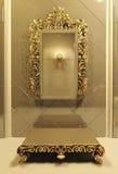 Koninklijke spiegel met gouden frame in luxebinnenland Stock Illustratie