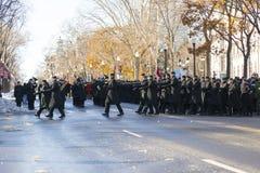 Koninklijke 22ste Regimentsmilitairen die bij de muziek van hun band tijdens de Ceremonie van de Herinneringsdag marcheren royalty-vrije stock afbeelding