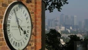 Koninklijke Waarnemingscentrumklok en Canary Wharf stock footage