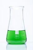 Konische temperaturbeständige Flasche mit grüner Flüssigkeit Lizenzfreie Stockfotos