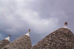 Koniska stentak av hus i Alberobello Arkivfoto