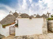 Koniska tak av trullien av Alberobello Royaltyfri Foto