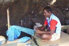 KONKAN, maharashtra, INDIA, Luty 2018, rybak robi sieci rybackiej przy Harne bandar Fatehgad Obraz Stock