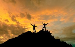 Konkieta szczyt sylwetki dwa ludzie na górze mountai fotografia royalty free