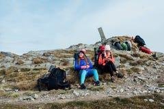 Konkieta szczyt turystami Campingowi wakacje fotografia royalty free