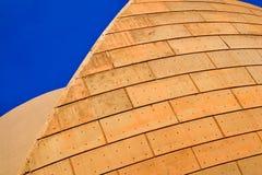 Konkret arkitektur med blå himmel Royaltyfri Bild