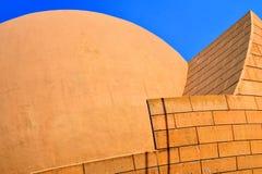 Konkret arkitektur med kupolen och blå himmel Arkivbilder