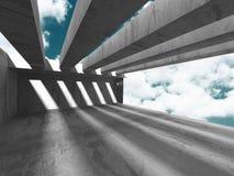 Konkret arkitekturväggkonstruktion på bakgrund för molnig himmel Royaltyfria Foton