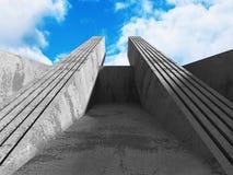 Konkret arkitekturväggkonstruktion på bakgrund för molnig himmel Arkivbilder